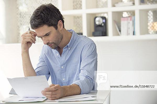 Mann frustriert von steigender Verschuldung