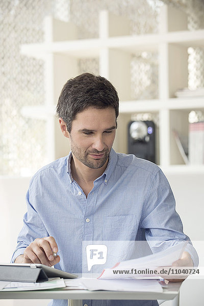 Mann nutzt Online-Banking zur Verwaltung der persönlichen Finanzen