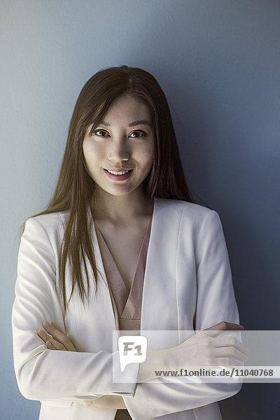 Geschäftsfrau lächelnd mit gefalteten Armen  Portrait