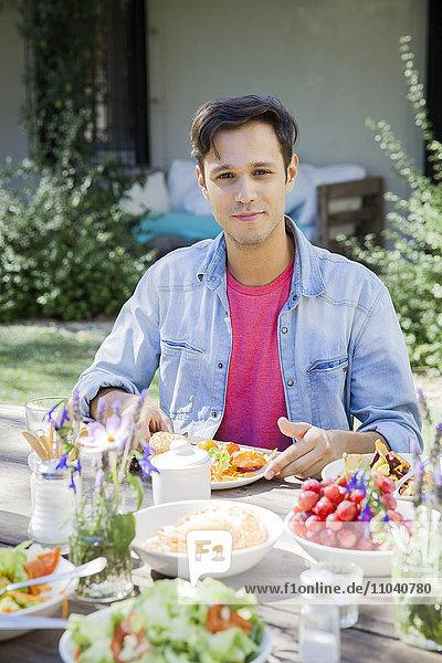 Mann beim Essen im Freien  Porträt