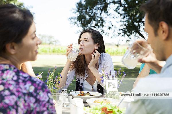 Frau genießt unbeschwertes Wochenende mit Freunden