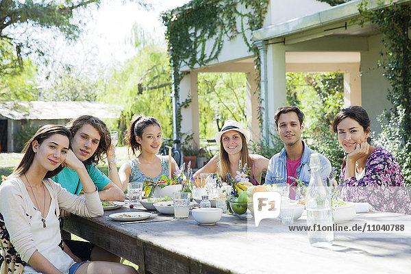 Freunde beim gemeinsamen Essen  Portrait