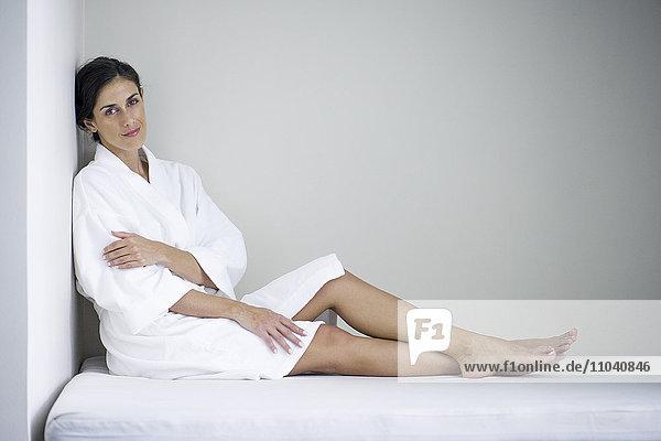 Frau entspannt sich in der Sauna