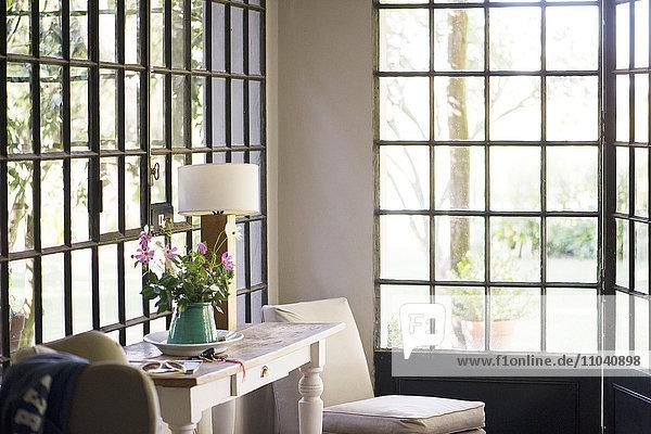 Wohnbereich  Wohnzimmer mit Tageslicht aus mehreren Fenstern