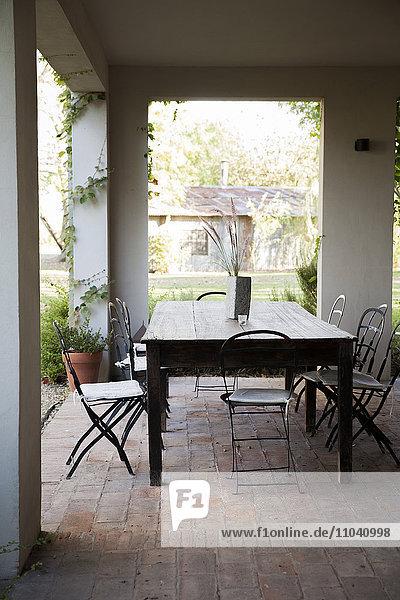 Tisch und Stühle auf der Veranda