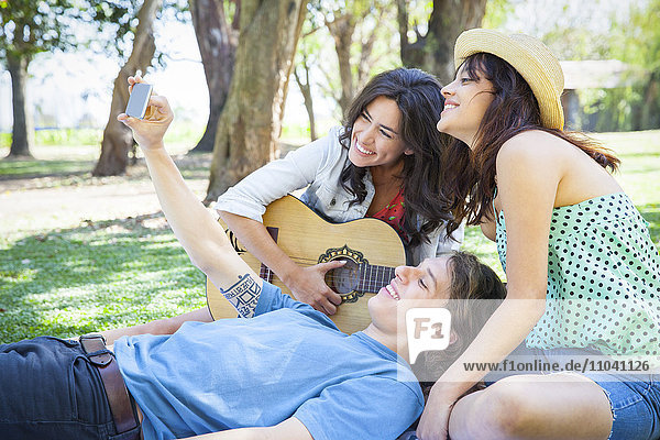 Freunde nehmen selbst im Park