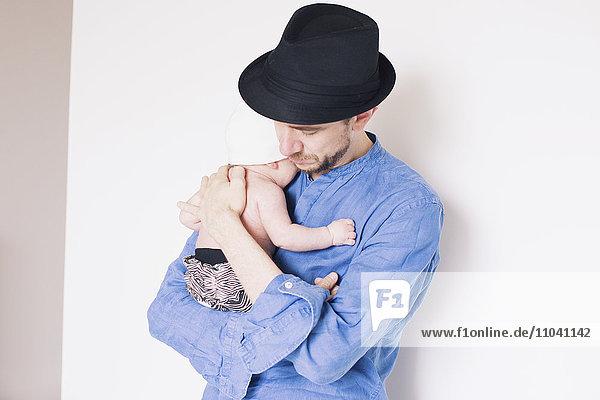 Vater hält Baby