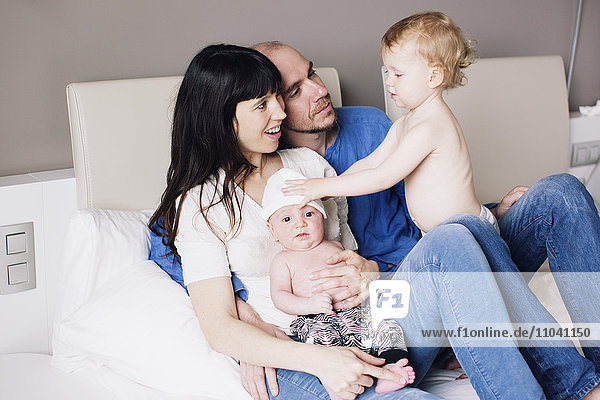 Eltern mit zwei kleinen Kindern