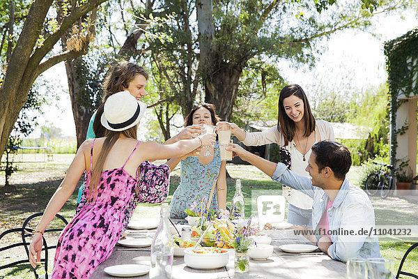 Freunde beim gemeinsamen Feiern im Freien