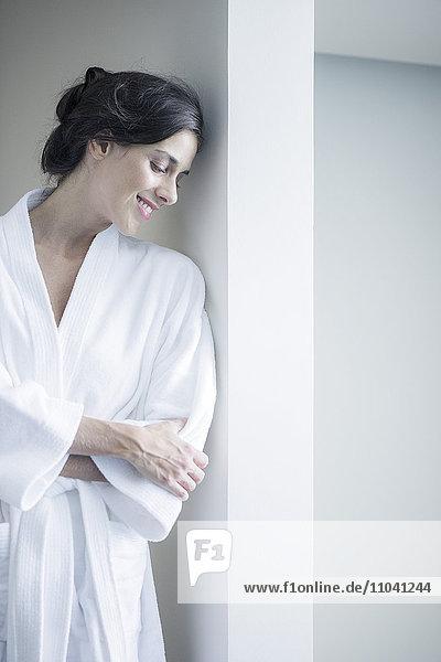 Frau entspannt im Bademantel