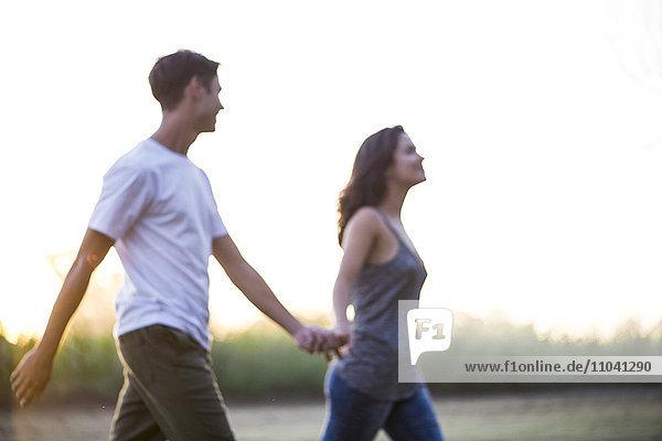 Paar beim gemeinsamen Spaziergang im Freien