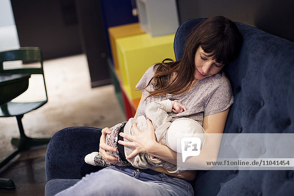 Mutter stillender Säugling