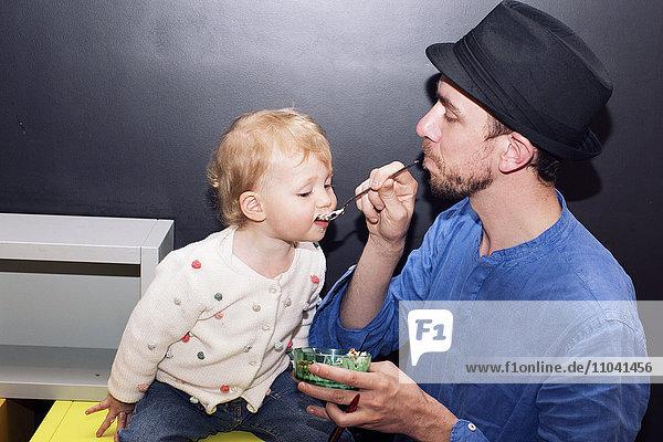 Vater Löffel Fütterung Kleinkind Vater Löffel Fütterung Kleinkind