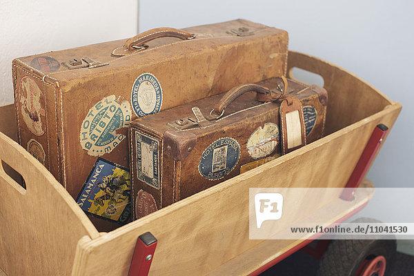 Kinderwagen mit antiken Koffern