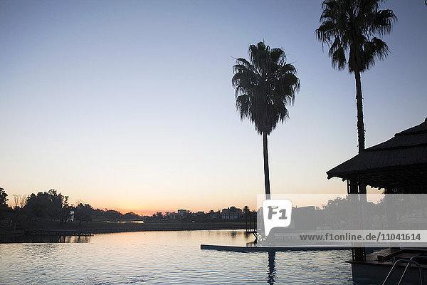 Ruhiger Sonnenuntergang über dem See