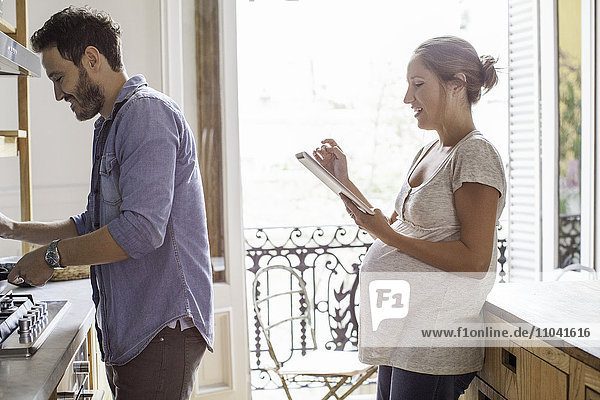 Paar zu Hause zusammen in der Küche