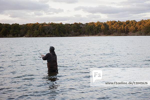 Person beim Angeln im See