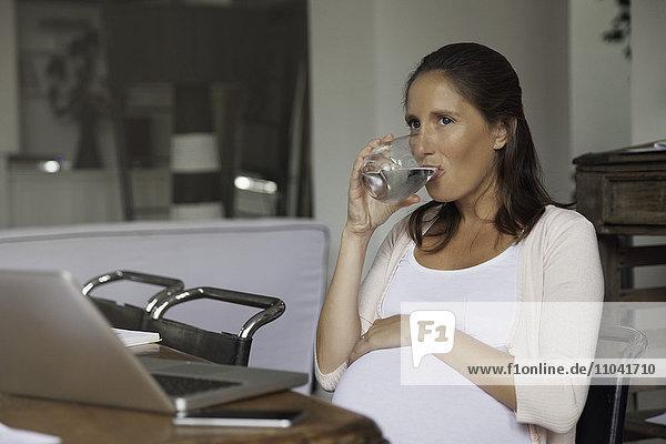 Schwangere Frau hydratisierend