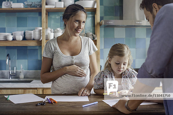 Stolze Eltern beobachten Tochter Malbuch