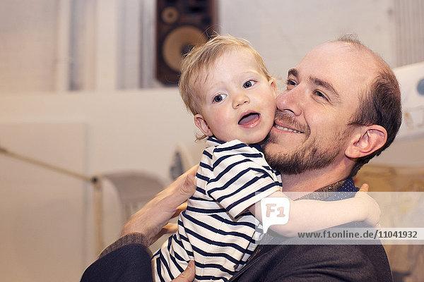 Kleinkind umarmender Vater