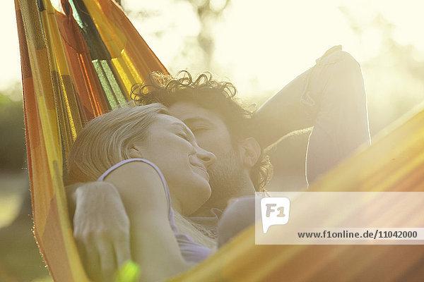 Paar schlafend zusammen in der Hängematte