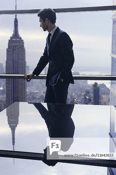 Geschäftsmann mit Blick aus dem Konferenzraumfenster