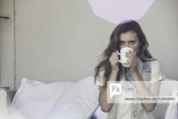 Frau trinkt eine Tasse Tee