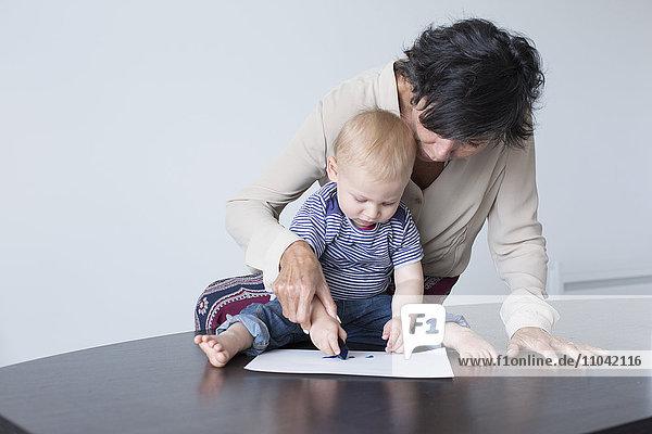 Großmutterzeichnung mit Baby