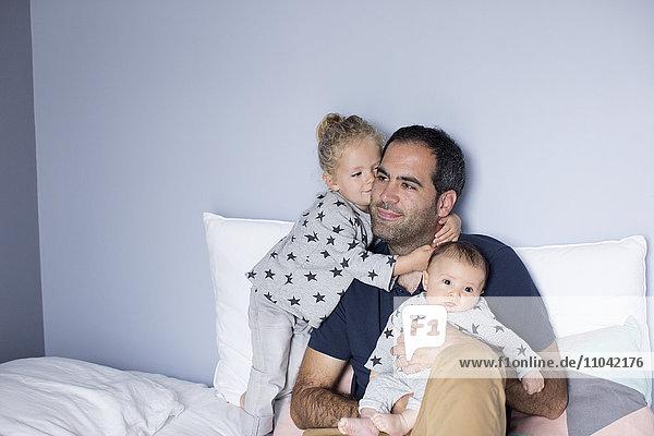 Vater mit Junge und Tochter