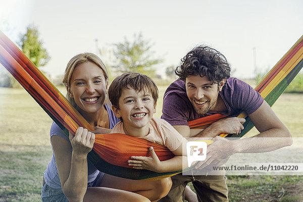 Familie entspannt sich gemeinsam im Freien  Portrait