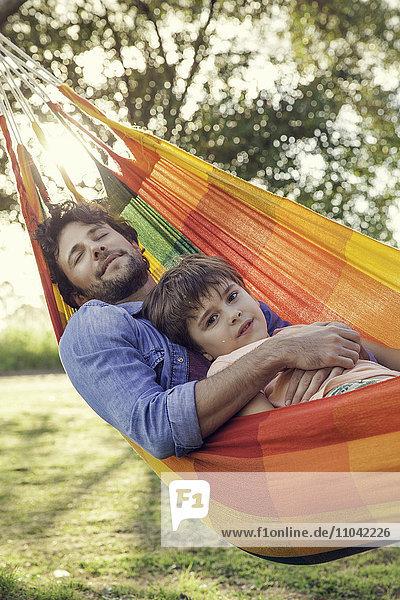 Vater und Sohn entspannen gemeinsam in der Hängematte