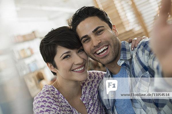 Ein Paar  Mann und Frau  die für ein Selfy posieren.