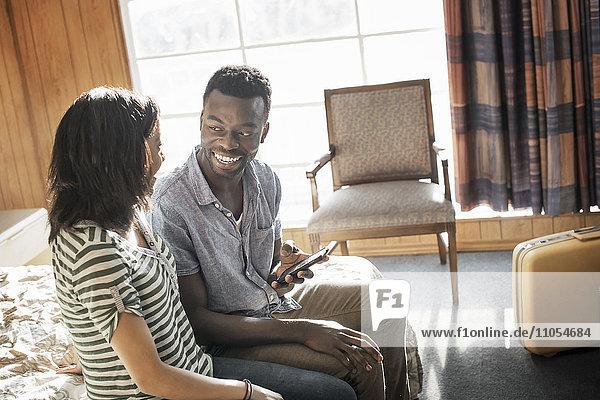 Ein junges Paar in einem Motelzimmer.