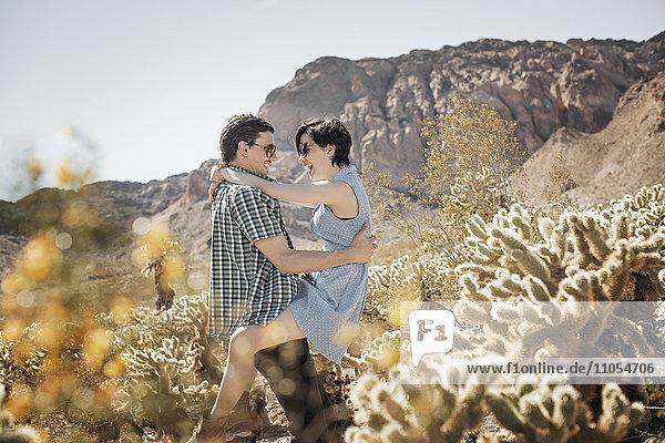 Ein junges Paar  Mann und Frau in einer Wüstenlandschaft.