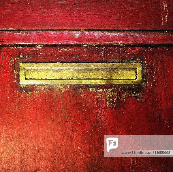 Briefschlitz in einer Tür