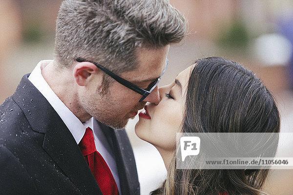 Ein Paar  Mann und Frau küssen sich.