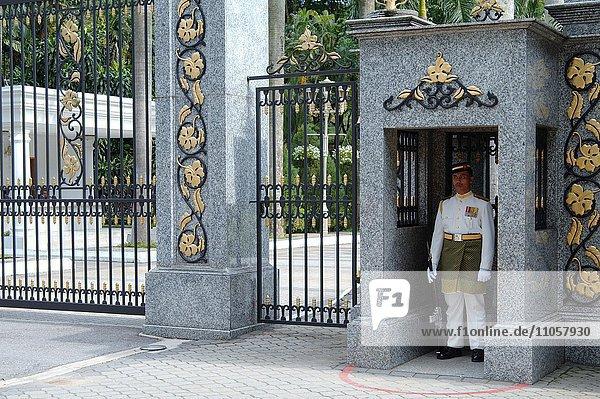 Wachpersonal am Eingang zum königlichen Palast  Kuala Lumpur  Malaysia  Asien