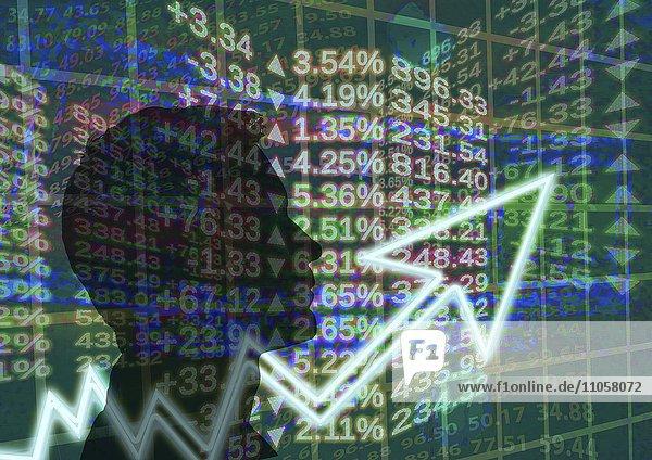 Symbolfoto  Silhouette von einem Mann auf Anzeigetafel mit Aktienkursen  Kursschwankung