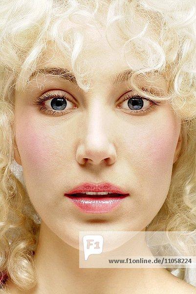 Frau  jung  blond  Locken  Porträt