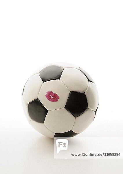 Fußball mit Lippenstiftabdruck  Kussmund