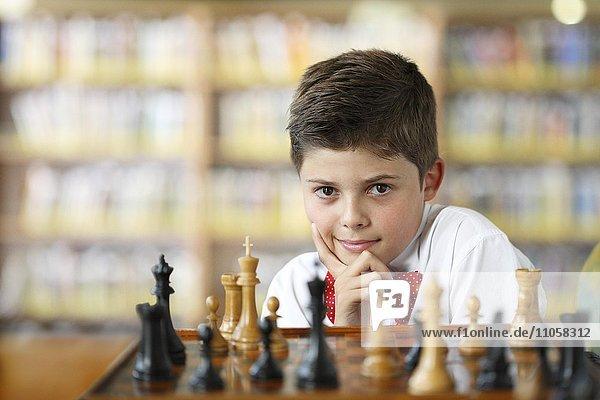 Junge überlegt beim Schachspiel