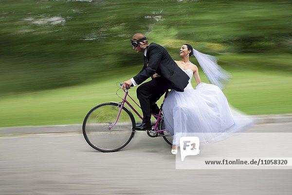 Brautpaar fährt auf Fahrrad