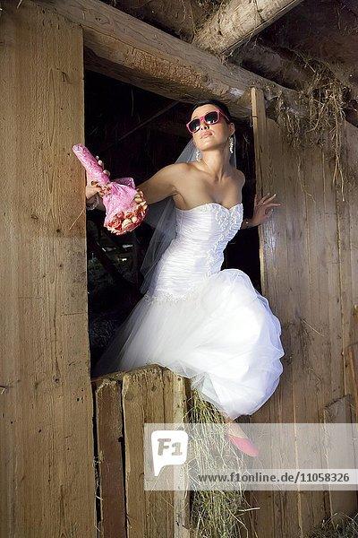 Braut schaut aus Heustadel