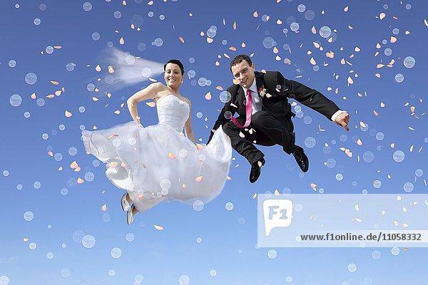 Brautpaar  Sprung in blauen Himmel  Seifenblasen  Konfetti