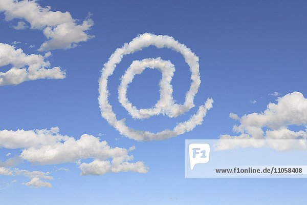 Symbol @ vor Wolkenhimmel