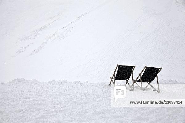Zwei Liegestühle im Schnee  Mittenwald  Oberbayern  Bayern  Deutschland  Europa