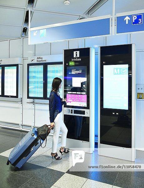 Frau mit Gepäck am Infogateschalter  Information  Terminal 1  Flughafen München  Bayern  Deutschland  Europa