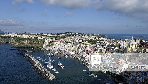Marina di Corricella  Ausblick von Terra Murata  Insel Procida  Phlegräische Inseln  Golf von Neapel  Kampanien  Italien  Europa