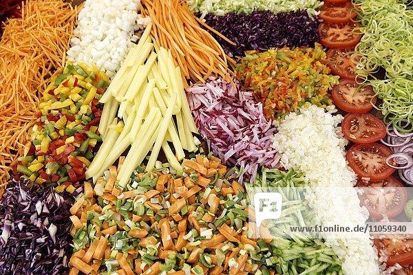 Frisches Gemüse geschnitten  geraspelt  Wochenmarkt Schwäbisch Gmünd  Baden Württemberg  Deutschland  Europa