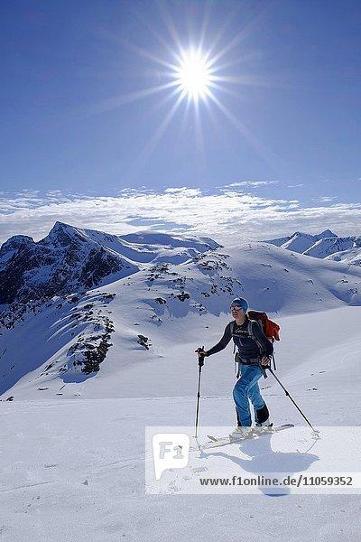 Skitourengeherin im Aufstieg zum Burstinden  verschneite Berglandschaft  Senja  Norwegen  Europa